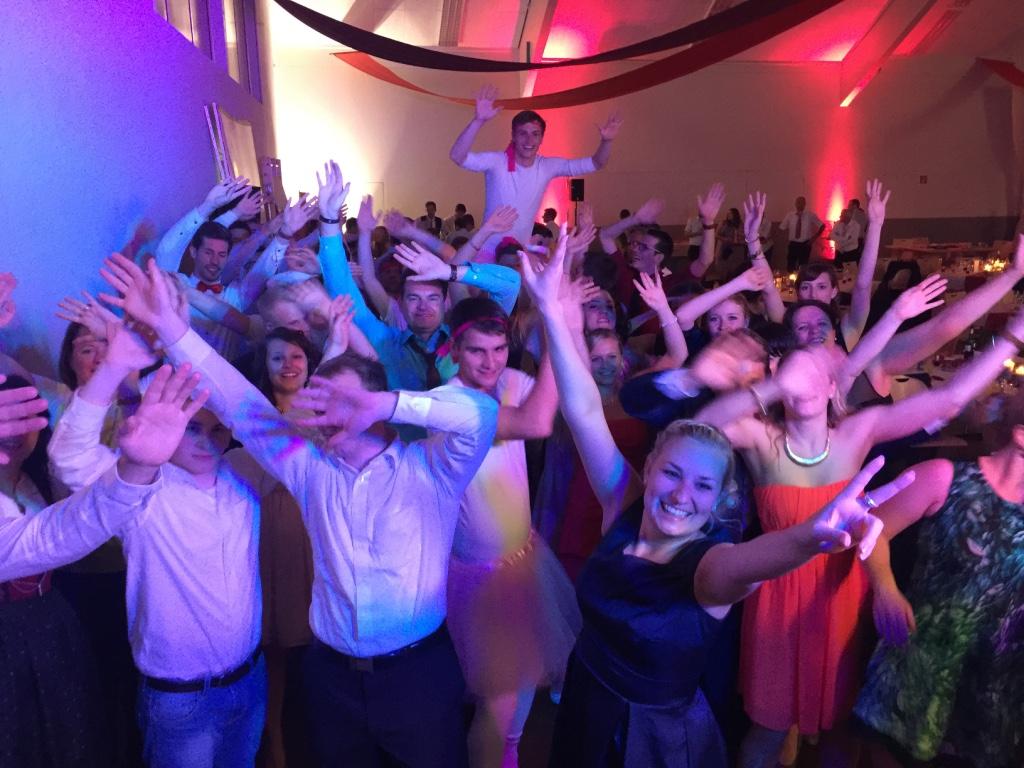 Mit dem richtigen Hochzeits DJ wird das Fest zu einer Party